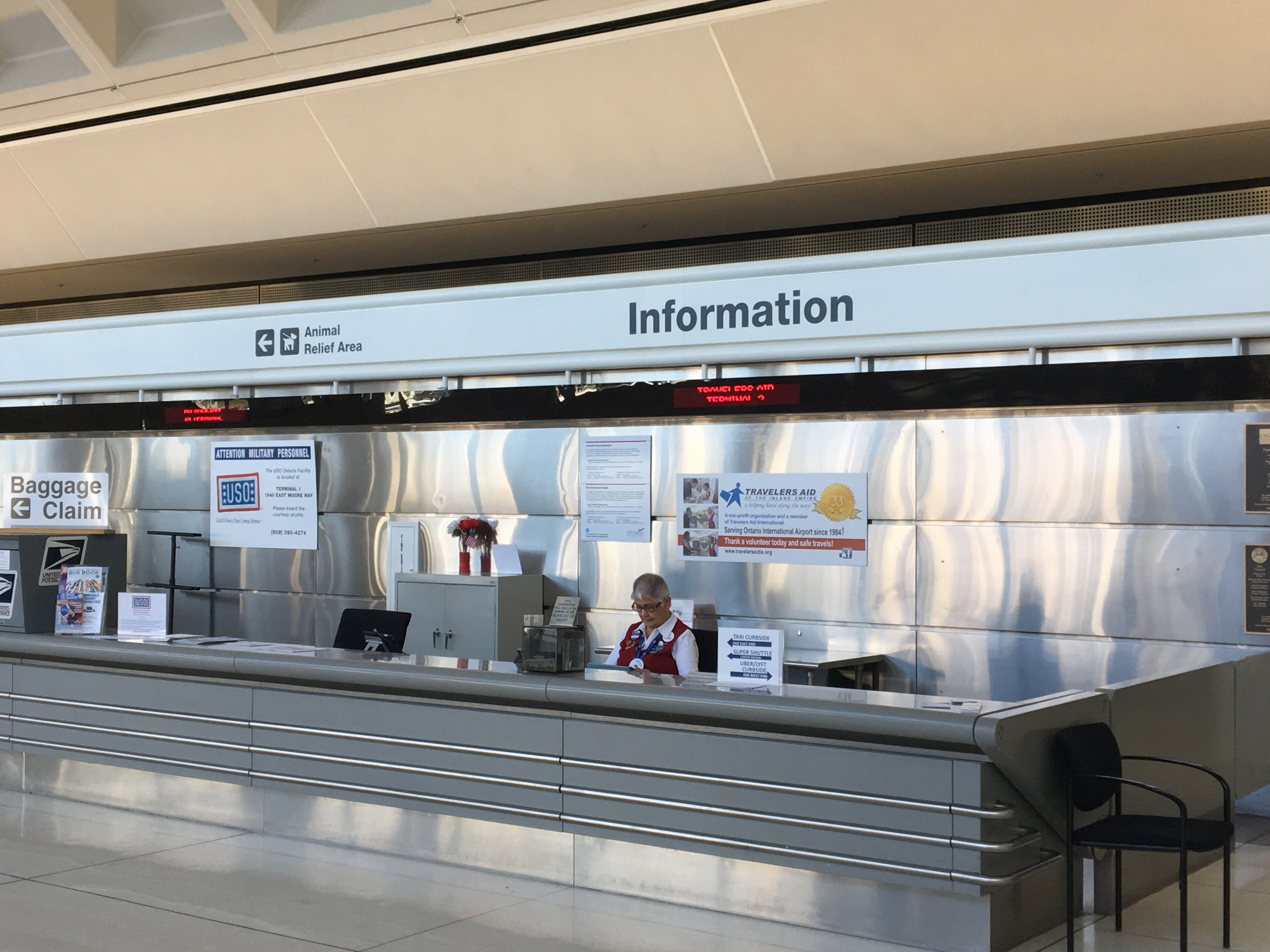 機場信息諮詢台工作人員在閱讀中文知識培訓內容。(記者啟鉻/攝影)