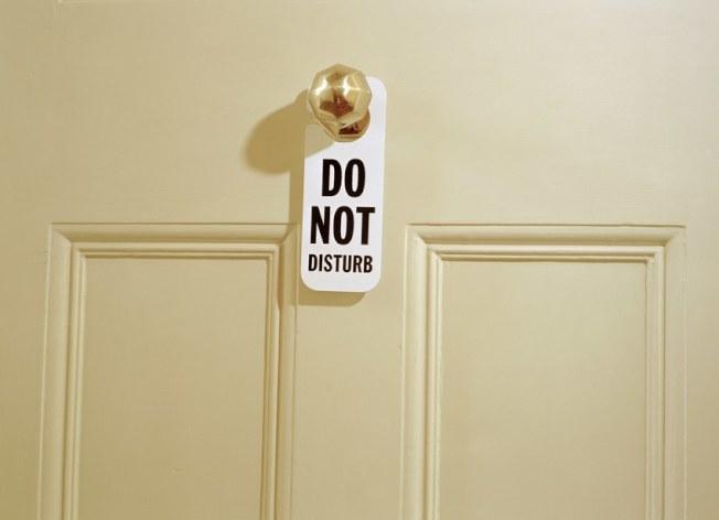 一些旅館的客人不能再靠掛在門把的「請勿打擾」牌子,禁止工作人員進入。(Getty Images)