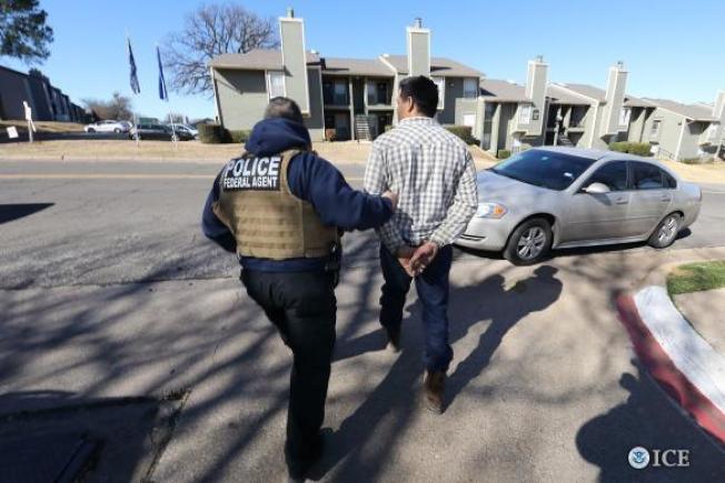 美國移民及海關執法局(ICE)探員在北德州及奧克拉荷馬州逮捕無證移民。(移民及海關執法局)