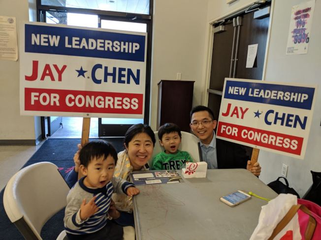 陳介飛(右一)加入39區國會眾議員選戰,太太和兩個兒子都是忠實支持者。(陳介飛提供)