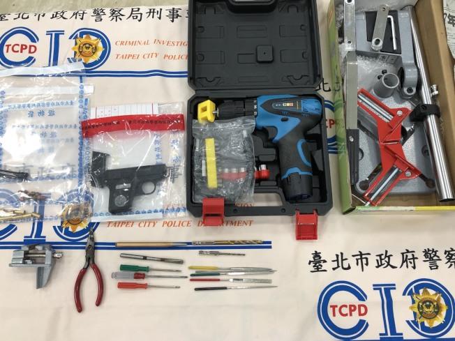 警方從林嫌位在中和的出租套房查扣槍枝及改造工具。(記者蕭雅娟/翻攝)