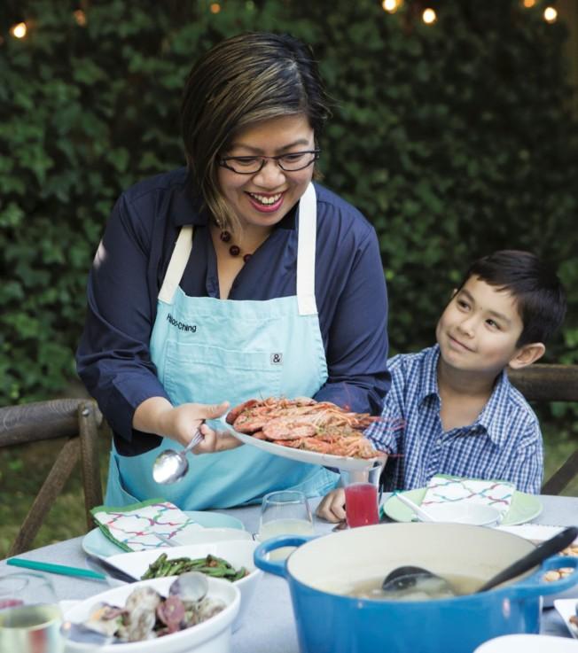 周曉晴端出一盤油爆蝦,這是兒子深深喜愛的一道家常菜。(Clare Barboza提供)