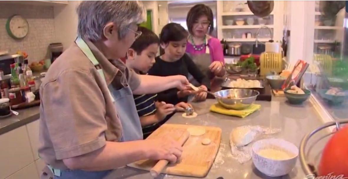 周曉晴是西雅圖廚藝工作坊老師,教成人也教孩童,自己一家三代也享受親子下廚樂。(Kim Holcomb提供)