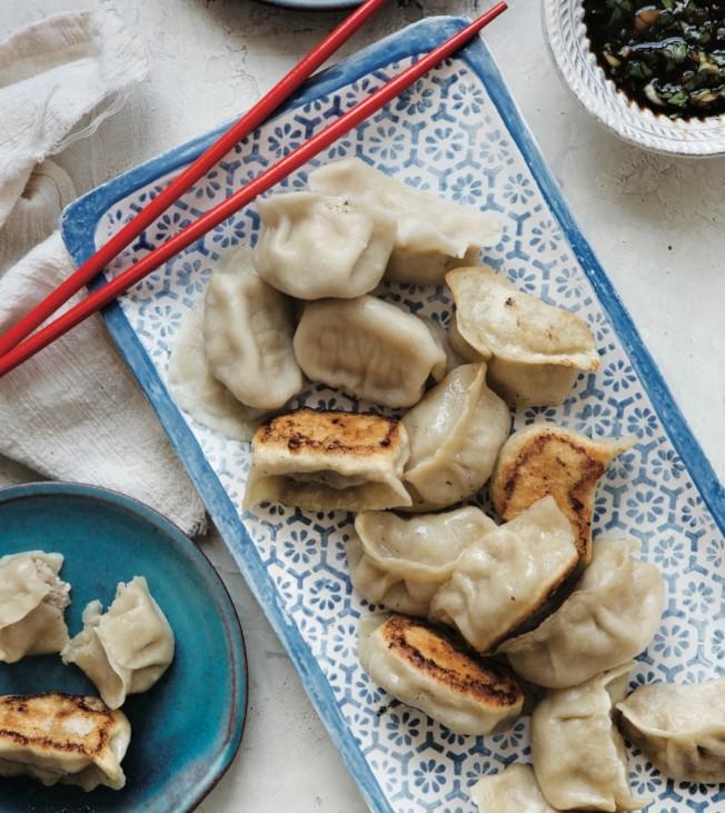 老美愛吃鍋貼,周曉晴用他們能理解而易學的方式教他們中菜DIY。(Clare Barboza提供)