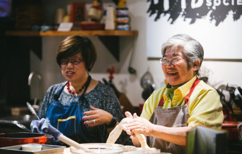 周曉晴和媽媽去年母親節一起在西雅圖熱灶協會(Hot Stove Society)傳授中華必學民食:餃子。(Hien Duong提供)