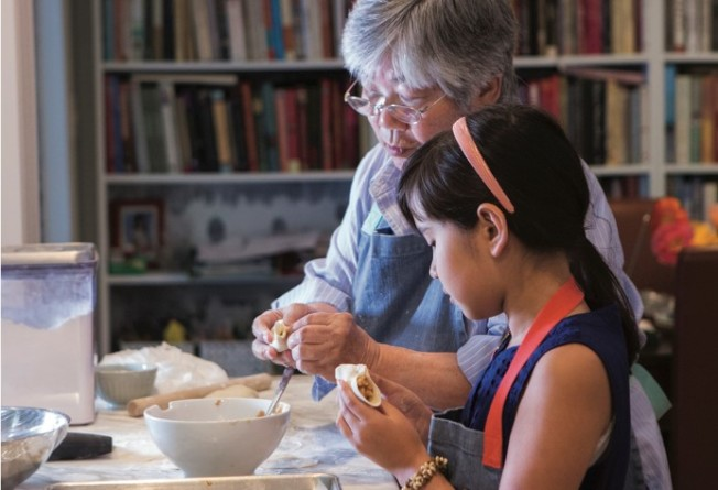 周曉晴的母親徐喚民和女兒玫力祖孫一起玩廚藝。(Clare Barboza提供)