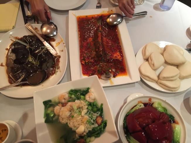 先嘗苔菜花生、酸辣黃瓜、醬蘿蔔,再進主食脆皮魚、紅燒對蝦、上湯豆苗等,天下美味。(熊傳慧/攝影)