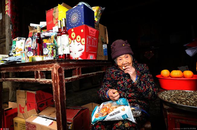 湖北百歲人瑞田金玉今年春節,162名兒孫商議,網購了100種進口食品,讓百歲阿嬤新的一年都吃好喝好。取自上海東方網