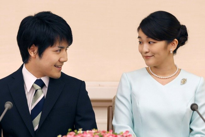 圖為日皇明仁的長孫女真子公主(右)三日與未來夫婿小室圭(左)攜手宣布婚訊。 美聯社