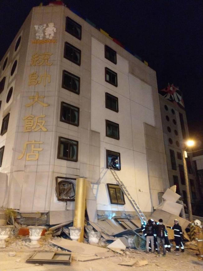 台灣昨晚傳出七級大地震,花蓮統帥飯店一樓倒塌,消防人員架梯搶救。記者王燕華/攝影