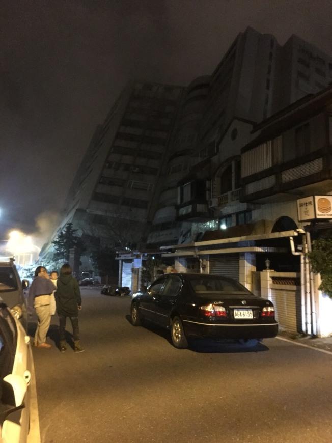 台灣昨晚傳出七級大地震,花蓮統帥飯店傾斜。圖/網友提供