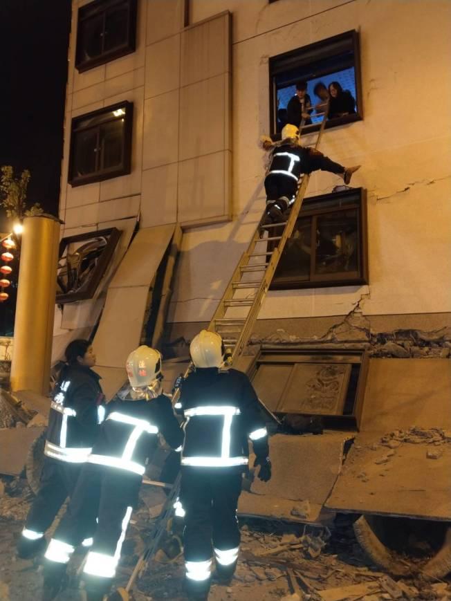 花蓮統帥飯店一樓倒塌,消防人員架梯搶救。記者王燕華/攝影