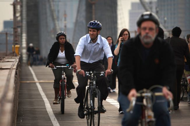 單車通勤近年越來越流行,出行前最好研究好路線和做好安全配備。(Getty Images)