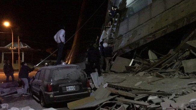 國盛街、商校街的雲門翠堤大樓塌陷消防人員搶救。記者徐庭揚/攝影
