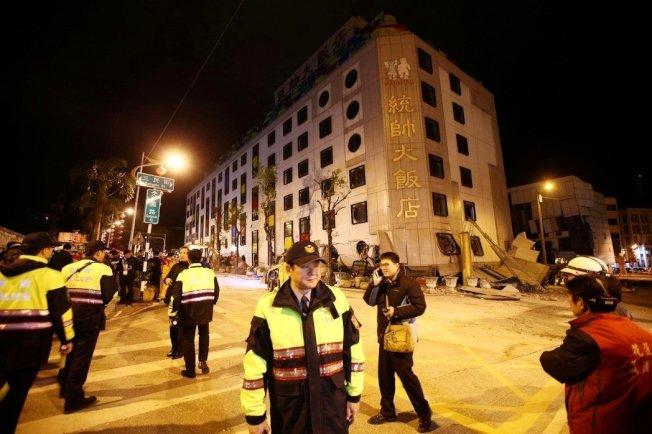 花蓮市發生6級淺層地震,市中心統帥飯店發生倒塌傾斜,強震將大樓的一、二樓壓到地平面下,只看見三樓以上建築。 記者杜建重/攝影
