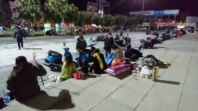 花蓮餘震不斷,不少市民裏著被子睡在花蓮火車站前廣場。圖/網友提供