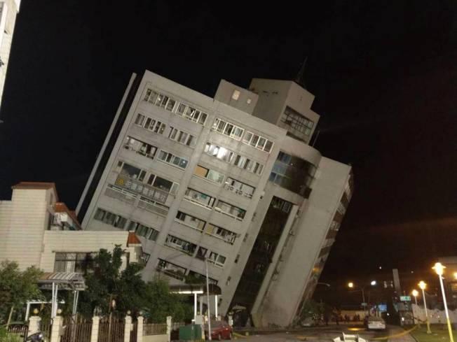 雲門門翠堤大樓因傾斜太嚴重,搜救人員暫時撤,則將設法支撐。記者王燕華/攝影