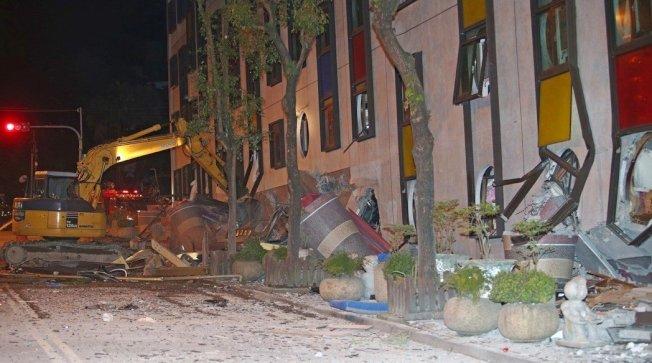花蓮地震,市中心統帥飯店發生倒塌傾斜,強震將大樓的一、二樓壓到地平面下,怪手忙著開洞,希望讓搜救人員進入地下室救人。 記者杜建重/攝影
