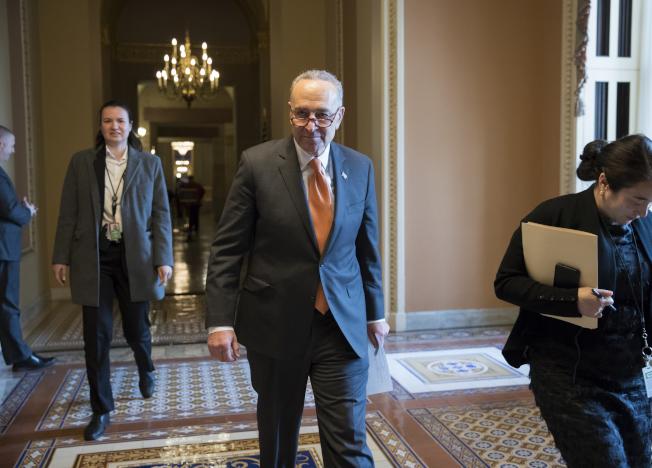 國會參院少數黨領袖舒默(前)與共和黨籍多數黨領袖麥康諾協商,如何避免政府關門。(美聯社)