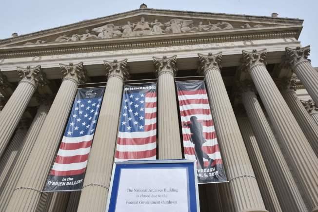 國家檔案館在1月底貼出關門告示。(Getty Images)