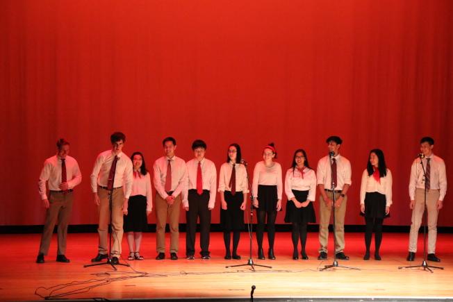 牛頓北高中中文班在牛頓中文學校春節聯歡晚會上,展示中文學習成果。(記者劉晨懿之/攝影)