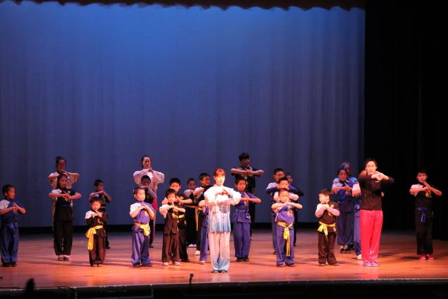 牛頓中文學校春節聯歡晚會上,武術和重劍老師陳笑儀和王健豪,帶學生們一起展示了刀槍棍棒劍功夫。(記者劉晨懿之/攝影)
