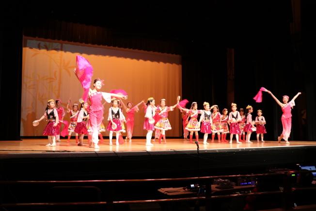 牛頓中校老師俱樂部、成人舞蹈健身班和學生組合,聯合為該校春晚演出開場。(記者劉晨懿之/攝影)