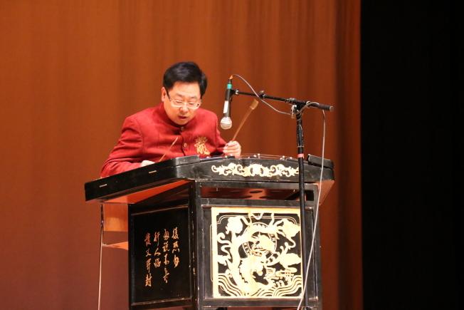 在牛頓中文學校春節聯歡晚會上,揚琴大師田偉寧帶來精采演出。(記者劉晨懿之/攝影)