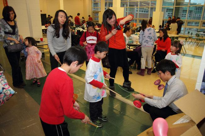 北新中文學校於4日舉辦新年遊藝會及室內園遊會,家長攜子女嘗試扯鈴、踢毽子等各項民俗活動與美食,盡興而歸。(北新中文學校提供)