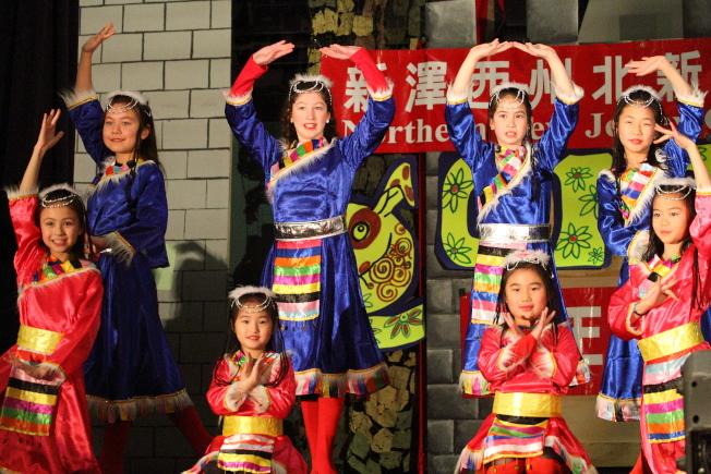北新中文學校於4日舉辦新年遊藝會,舞蹈班演出「康定情歌」。(北新中文學校提供)