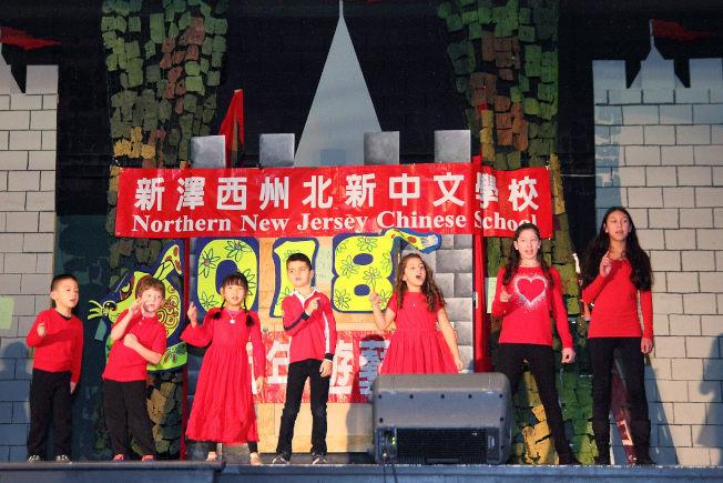 北新中文學校於4日舉辦新年遊藝會,CSL1學生表演「小手拍拍」,扭腰擺臀,張口同唱,可愛而討喜。(北新中文學校提供)