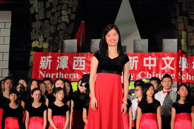 北新中文學校於4日舉辦新年遊藝會,邀請華音青少年合唱團助陣,由12年級生廖柔瑄指揮演唱「丟丟咚」,勾起不少家長年輕時的回憶。(北新中文學校提供)