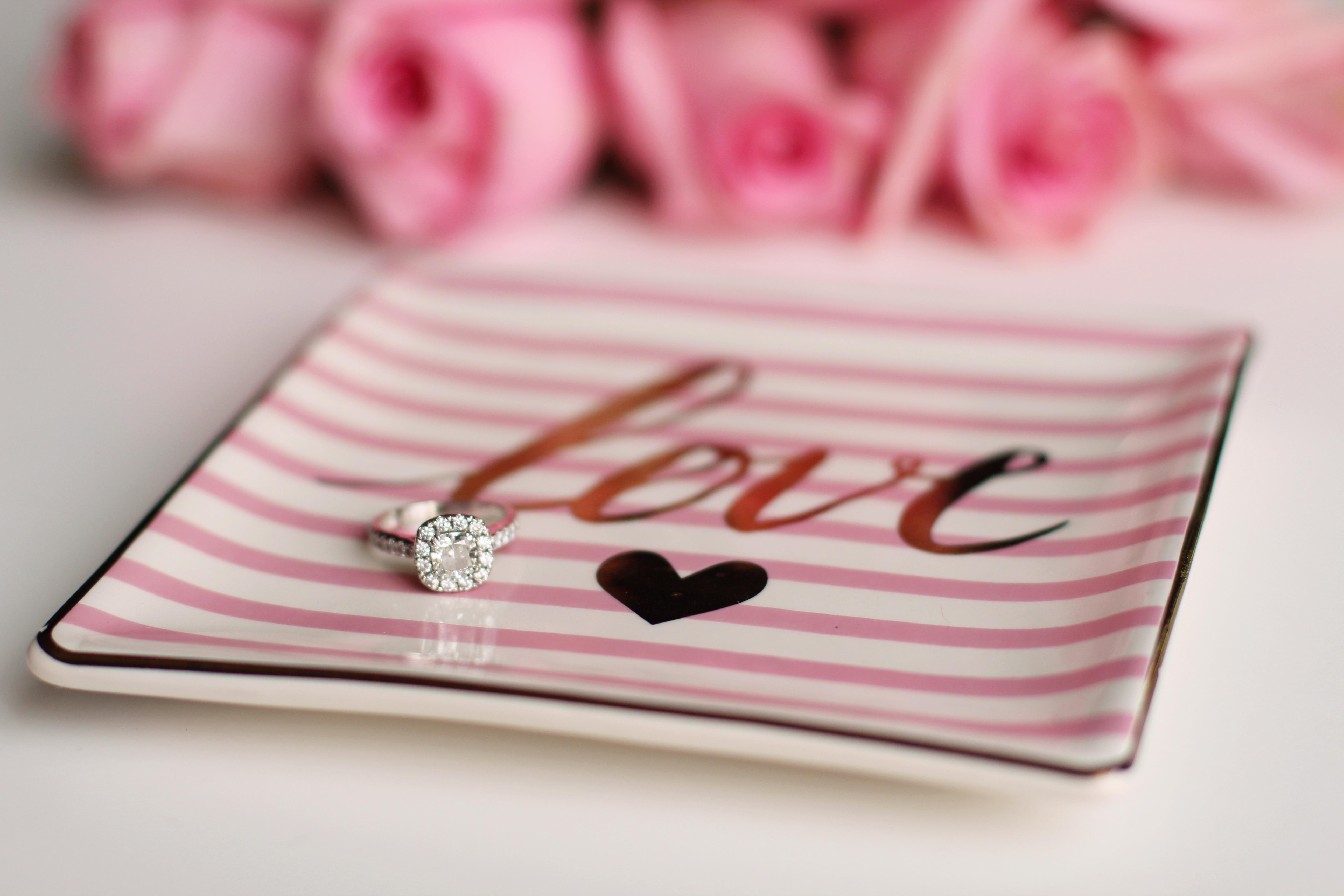 不妨求婚前兩三個月買鑽戒。(Pexels)