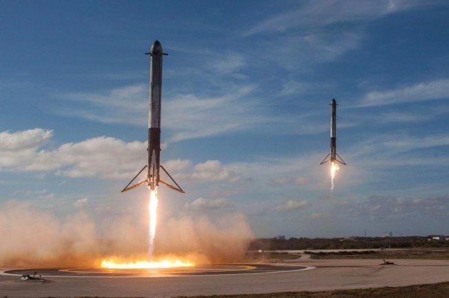 獵鷹重型火箭升空後,兩節推動火箭成功返回,降落在甘迺迪太空中心,這是相當高超的科技躍進。 路透