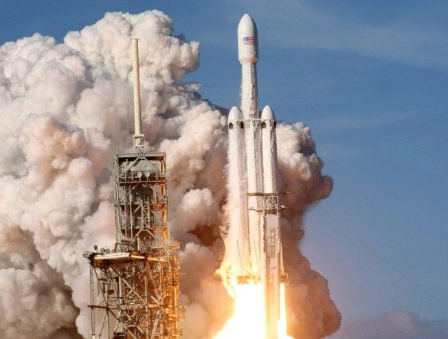 太空探索科技公司的獵鷹重型火箭在佛州成功發射升空,令人振奮。 路透