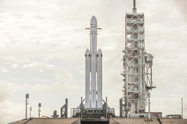獵鷹重型火箭成功首射,讓SpaceX在太空科技再居領先地位。美聯社