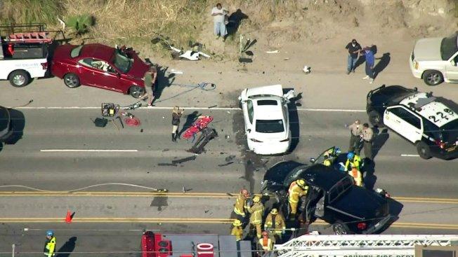 多車接連相撞,損毀嚴重。(KTLA5)
