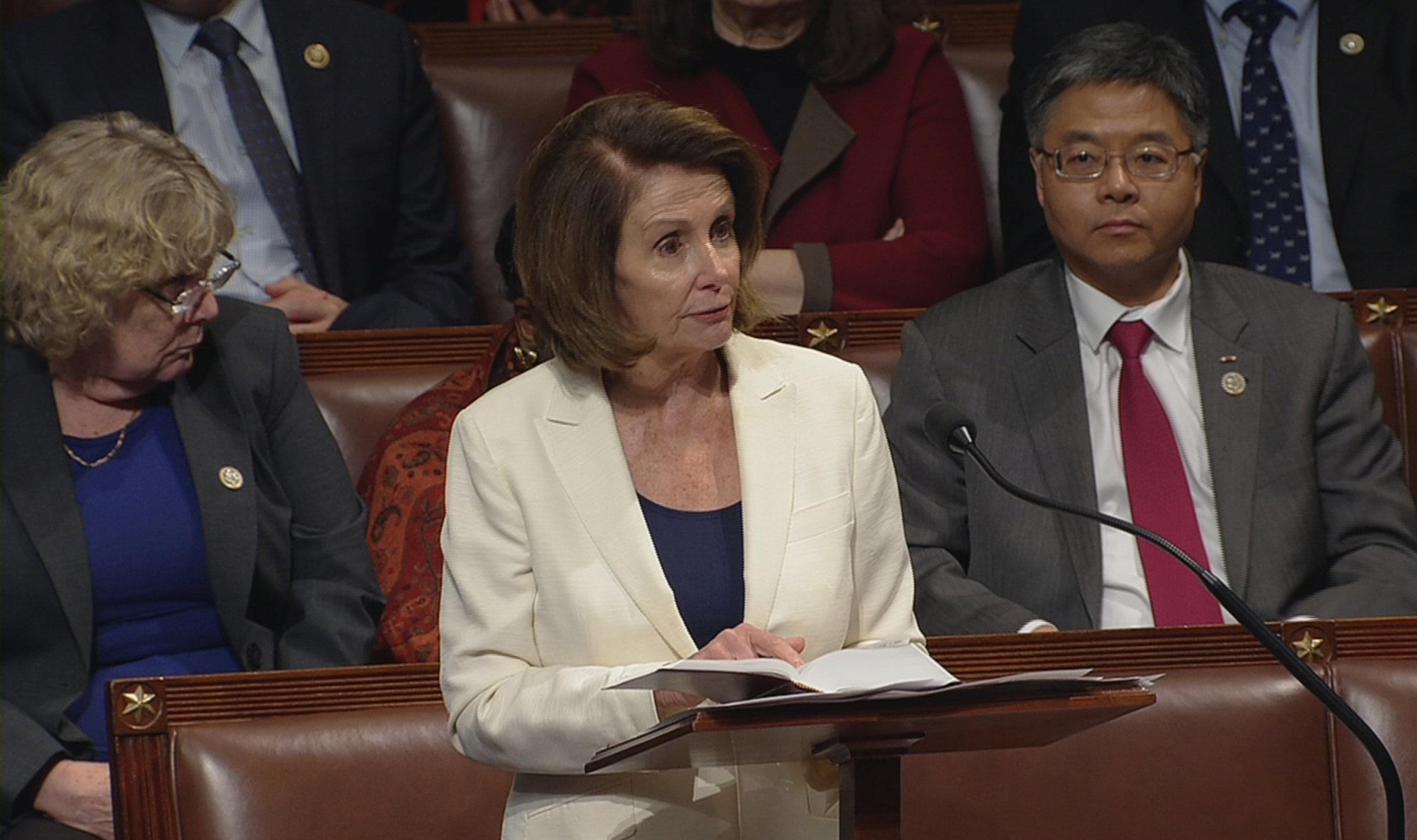 民主黨籍眾院少數黨領袖波洛西採用馬拉松演說策略,拖延預算案表決;背後坐的是華裔國會眾議員劉雲平。(路透)