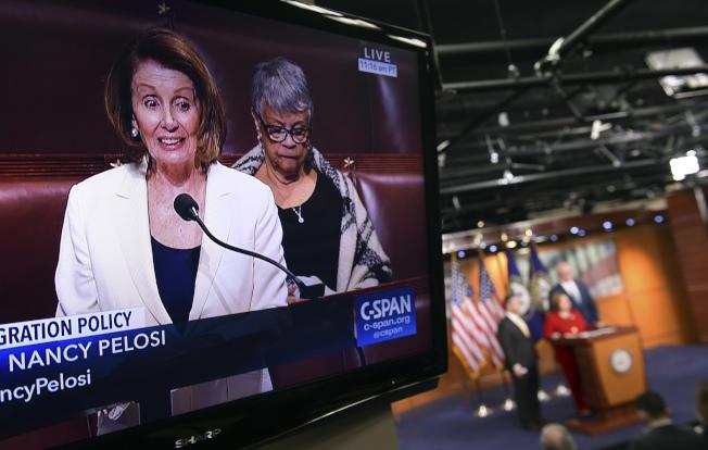 民主黨籍眾院少數黨領袖波洛西採用馬拉松演說策略,拖延預算案表決。(美聯社)