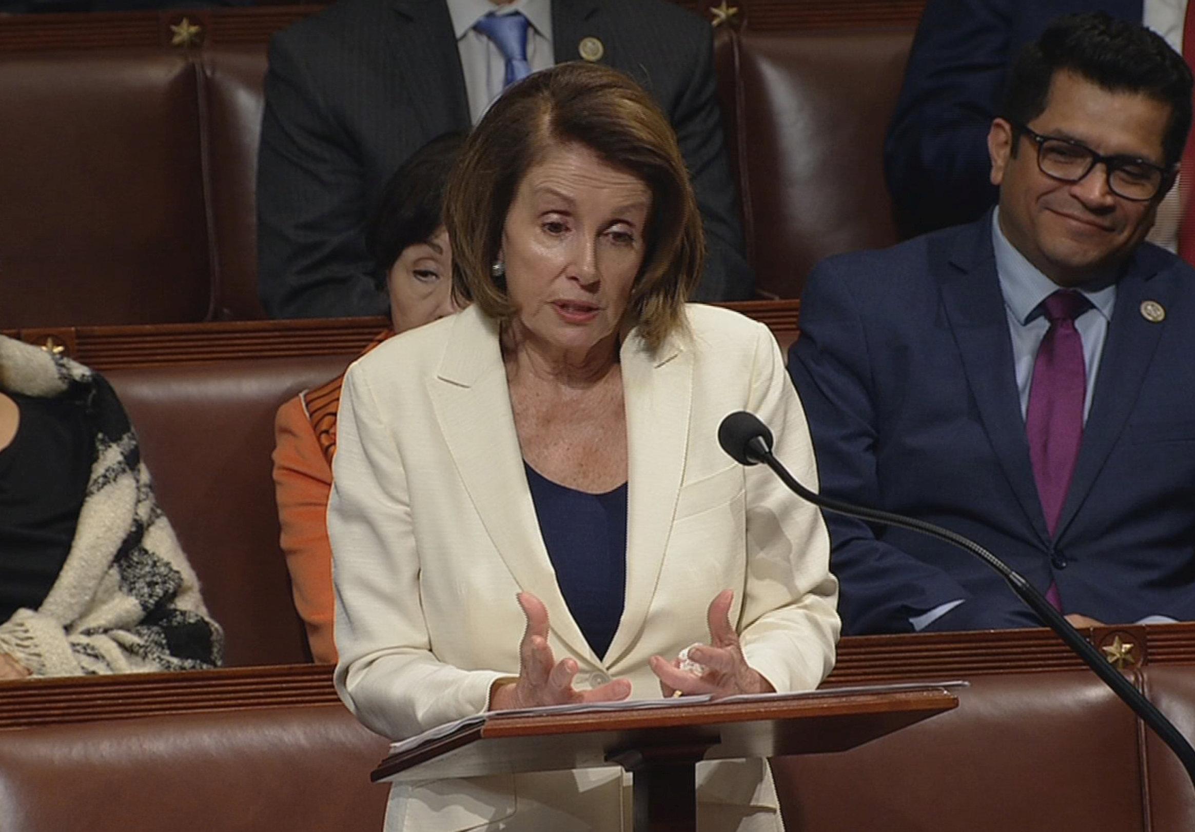 民主黨籍眾院少數黨領袖波洛西採用「費力把事拖」策略,拖延預算案表決。(路透)
