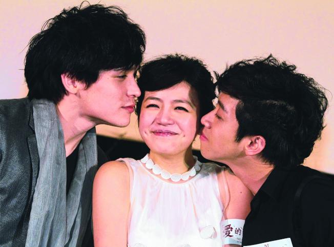 陳妍希(中)與倪安東(左)合作電影「愛的麵包魂」。(本報資料照片)