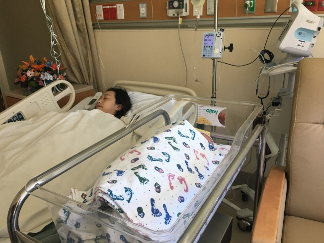 剛完成生產的媽媽和寶寶在休息房裡。(記者王若然 / 攝影)