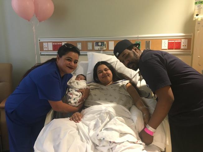 產婦Ventura Lauren(中)和她的媽媽(左)。(記者王若然 / 攝影)