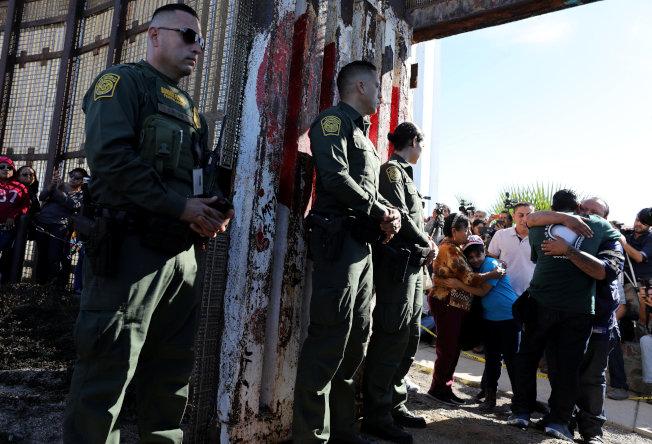 美國海關及邊境保護局探員打開美墨圍牆大門,讓分隔兩國的家庭可以短暫團聚。(路透)
