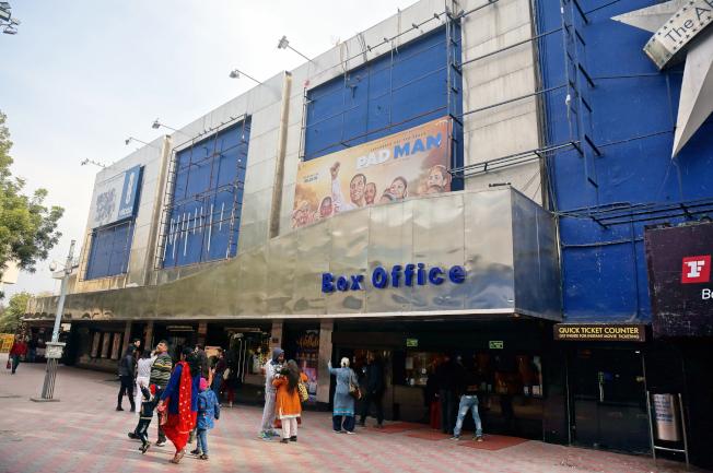 由於印度高階種姓拉吉普特人組織SRKS威脅暴動,新德里一間戲院放映電影「帕德瑪瓦特」,但不敢在外牆掛上海報。(中央社)