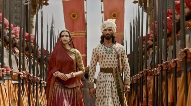 電影中帕德瑪瓦蒂與入侵的穆斯林統治者阿拉烏德丁曖昧,印度教徒批評扭曲歷史。(取材自indianexpress.com)