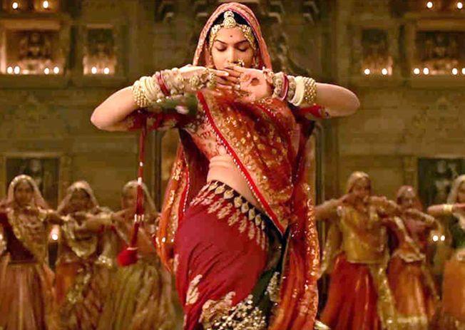 電影中帕德瑪瓦蒂穿著露肚裝跳舞的畫面,引起印度教激進團體不滿。(取材自rediff.com)