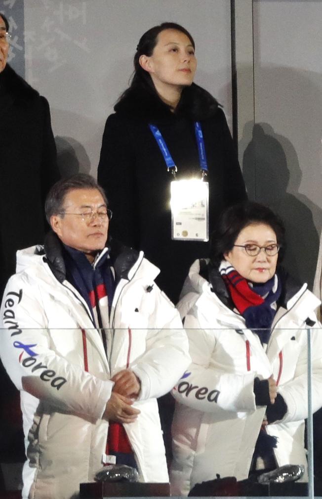 南韓總統文在寅伉儷(前)9日出席平昌冬奧會開幕式,站在後方的就是北韓領導人金正恩的胞妹金與正。(路透)