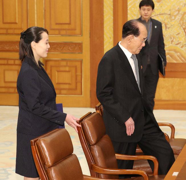 北韓領導人金正恩胞妹金與正(左)禮讓北韓最高人民會議委員長金永南先落座。(路透)