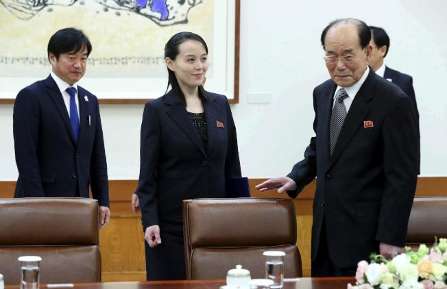 北韓領導人金正恩胞妹金與正(左二)禮讓北韓最高人民會議委員長金永南(右前)先落座。(美聯社)